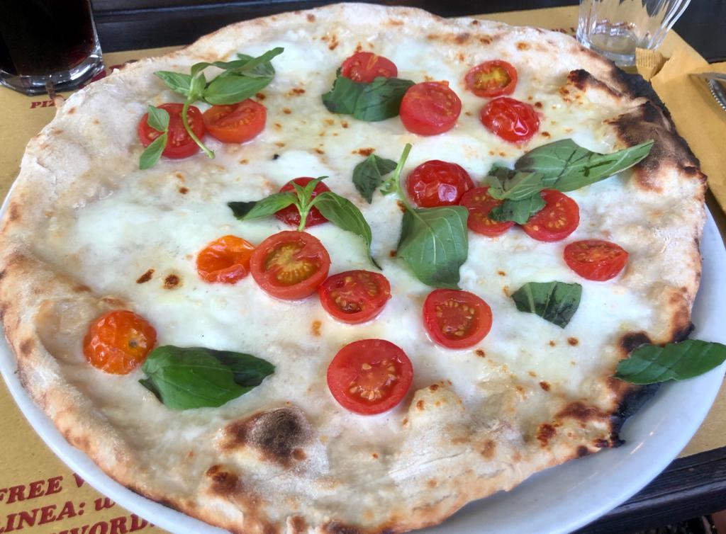 Pizza caprese - pomodorini freschi, mozzarella di bufala, basilico