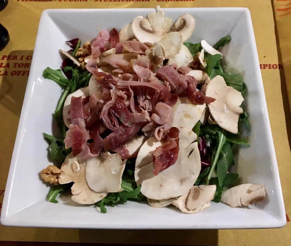 Insalata - Speck saltato in olio d'oliva, funghi freschi, noci, rucola, radicchio